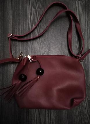 Бордовая  матовая  сумочка через плечо на молнии.