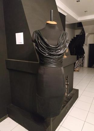 Крутое платье под кожу и стрейч атлас декор на спинке италия