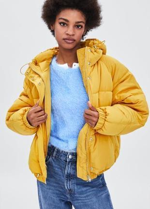 Стёганная куртка с капюшоном жёлтого цвета zara, размер xs