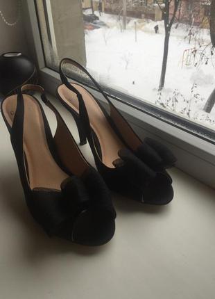 Элегантные черные туфельки