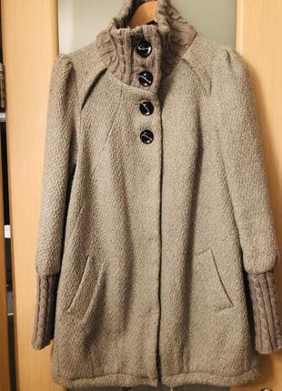 Оригинальное пальто с вязаным декором