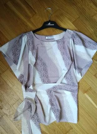 Оригинальная блуза в пастельно-пудовых оттенках с поясом