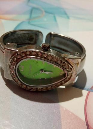 Женские кварцевые наручные часы со стразами, с красивым зеленым циферблатом.
