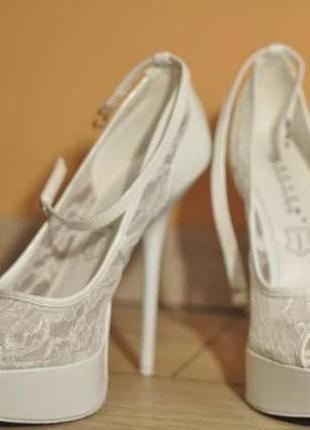 Белые туфли с гипюром
