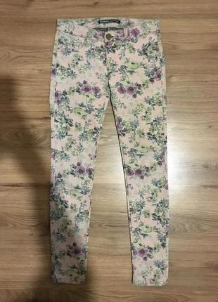 Фирменные джинсы стрейч в цветочный принт!!