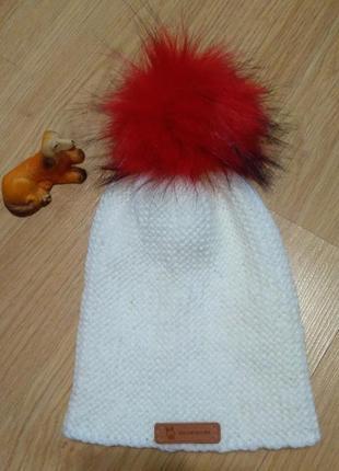 Шапочка бини белая с красным эко-бумбоном