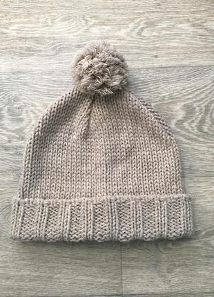 Стильная шапка крупной вязки с бубоном