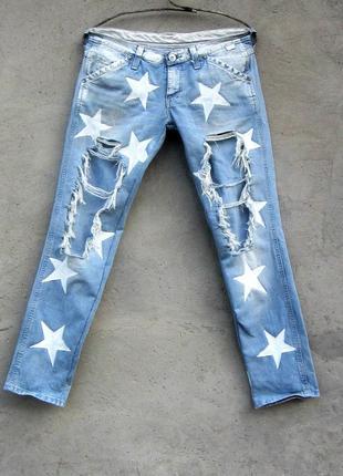 Рваные джинсы со звездами