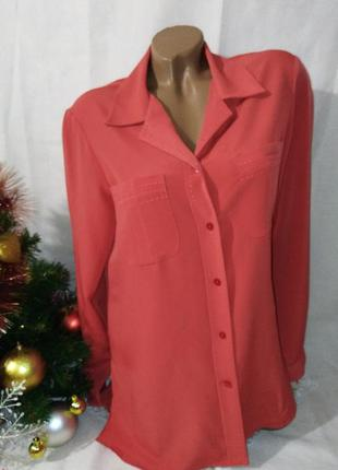 Терракотовая блузка в пижамном стиле.