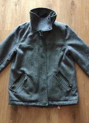 Серая {черно-белая} куртка pull and bear