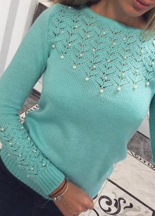 Красивый,нежный свитер паутинка рукав и бусинки.