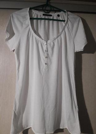 Белая футболка фирменная.