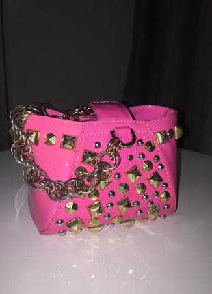Versace by h&m. розовая лаковая кожаная сумка. рожева лакова зі шипами