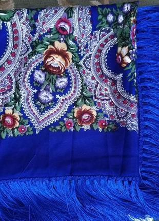 Яркий шерстяной платок