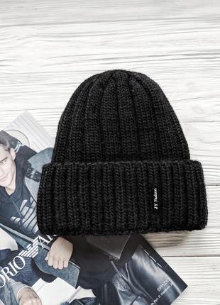 Черная вязанная шапка шапочка