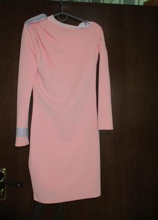 Нежное и красивое платье с чуть приспущеным плечом