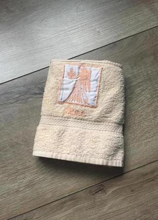 Распродажа/обмен. махровое бежевое полотенце для лица/ног. небольшое полотенце