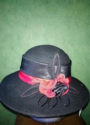 Красивая стильная шляпа с полями