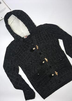 Вязаный теплый свитер на пуговицах с тёплым капюшоном.