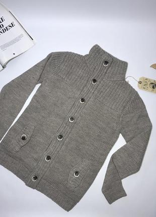 Вязаный теплый свитер на пуговицах с подкладкой.