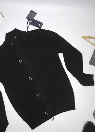 Вязаный плотный теплый свитер.