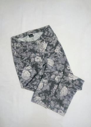 Серые джинсы в цветы