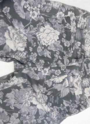 Серые джинсы в цветы2