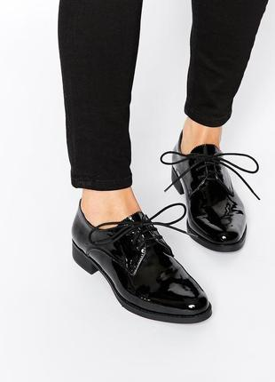 Кожаные лаковые ботинки на маленьком каблучке basconi