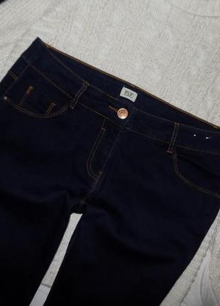 Тёмно-синие базовые джинсы, есть ньюанс