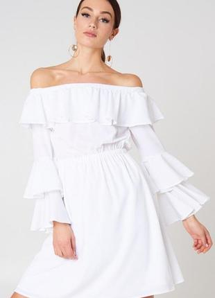 Na-kd романтична біла сукня з рюшами