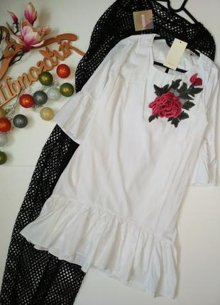 Чарівна сукня з рюшами та вишивкою прямого фасону