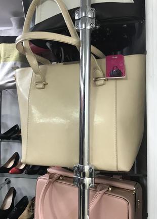 Модная вместительная бежевая  сумка