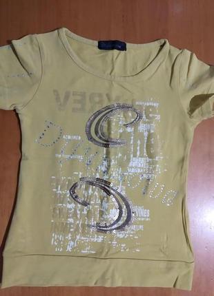 Фисташковая футболка с красивенной вышивкой пайетками .