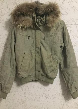 Фирменная деми куртка с натуральным мехом на капюшоне