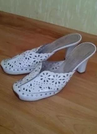 Кожаные шлепанцы на каблуке с закрытым носком, туфли, сабо, босоножки 41 размер