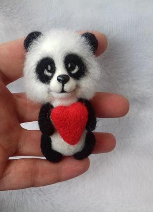 Брошь панда с сердечком