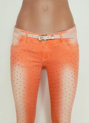 Яркие джинсы с потертостями и с ремешком