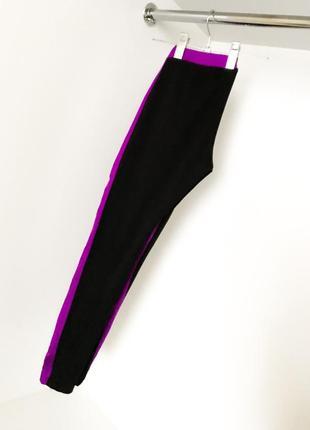 Спортивные яркие лосины леггинсы фитнес с лампасами чёрный с сиреневым йога на резинке