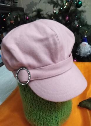 Стильная розовая кепи.