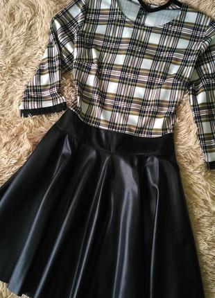 Красивое платье в клетку комбинированное с кожаной юбкой
