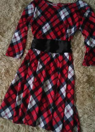 Модное красивое платье в клетку с поясом