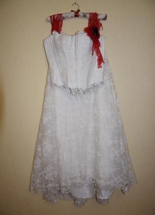 Длинная юбка и корсет на шнуровке с красной розой