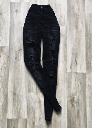 Чёрные, зауженные джинсы