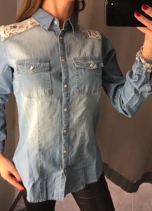 Голубая джинсовая рубашка с кружевом amisu есть размеры