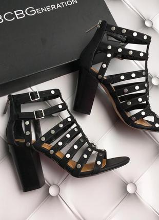 Bcbgeneration босоножки на широком каблуке с заклепками бренд из сша
