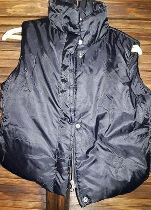 Короткая, теплая жилетка черного цвета# benetton