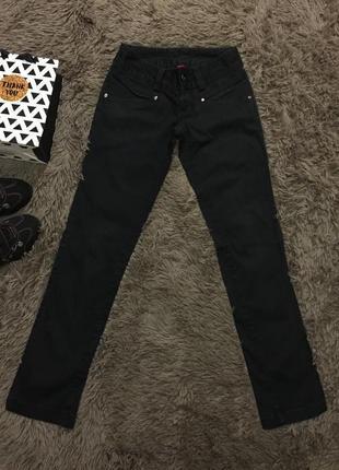 Чёрные штаны на низкой посадке