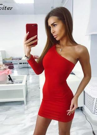 Обтягивающее платье с открытым плечом.