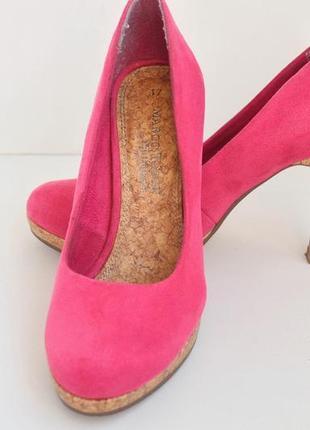 Кораловые замшевые туфли на каблуке