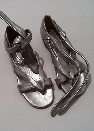 Cупер классные кожаные сандалики на завязках от швейцарского дизайнера 37/38 размер